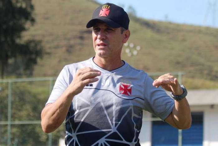Técnico Jorginho no treino do Vasco