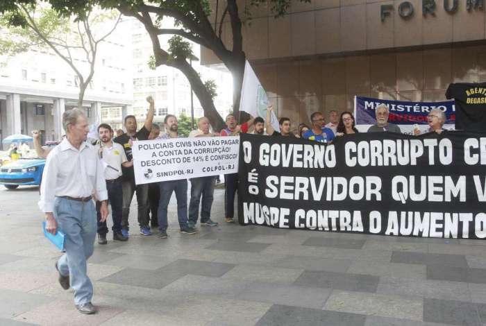Servidores fizeram ato em frente ao Tribunal de Justiça antes de a sessão do Órgão Especial começar