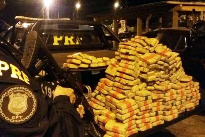 Homem é preso transportando 250 quilos de maconha em Petrópolis