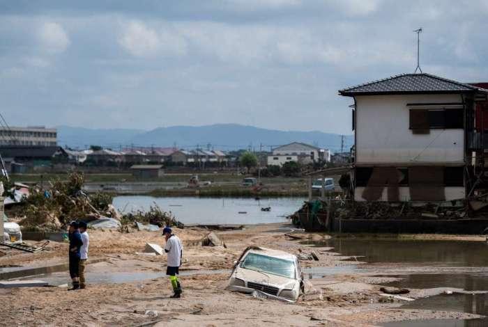 Moradores inspecionam casas danificadas em área atingida pela enchente em Mabi