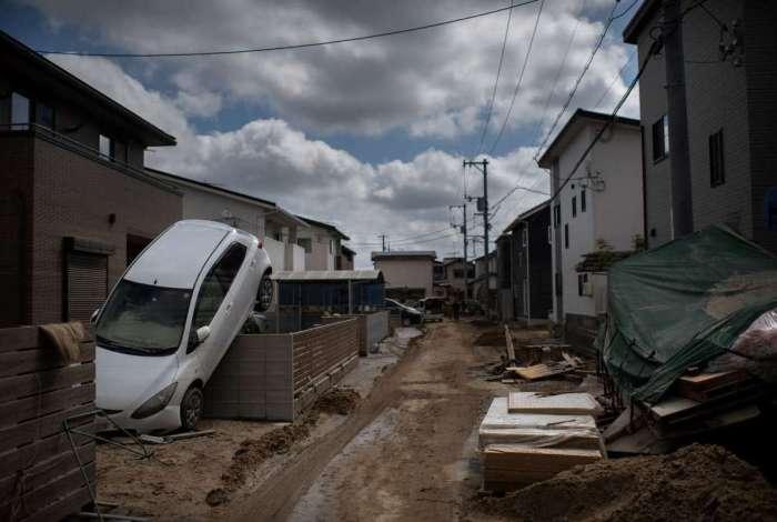 Equipes de resgate realizaram buscas de casa em casa na esperança cada vez mais improvável de encontrar sobreviventes depois de dias de inundações e deslizamentos