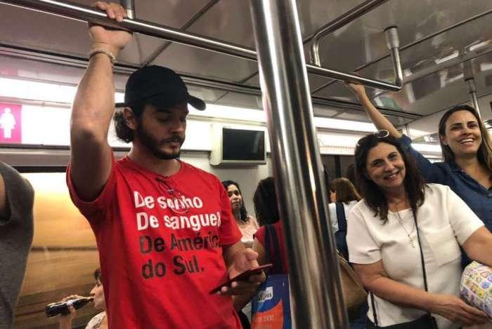 Túlio Gadêlha é visto andando de metrô