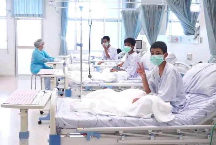 Meninos resgatados se recuperam em um hospital em Chiang Rai