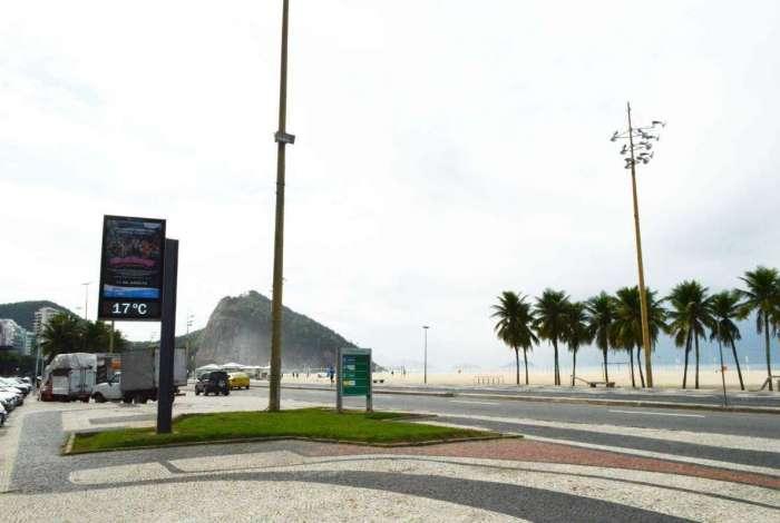 11/07/2018 - AGÊNCIA DE NOTîCIAS - PARCEIRO - Rio permanece sob efeito da frente fria que chegou na terça-feira, 10. Temperatura baixa e tempo nublado mudam a paisagem da Praia do Leme, Zona Sul da cidade, nesta quarta-feira,11 - Foto: Paulo Carneiro/Parceiro/Agência O Dia
