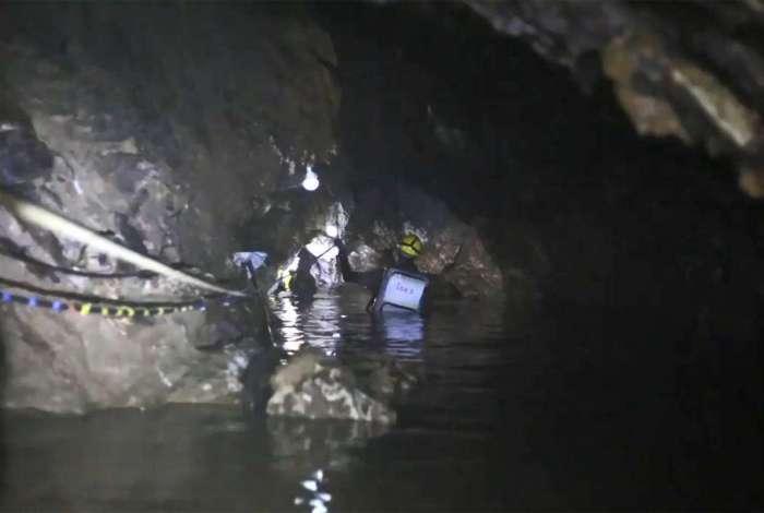 Mergulhador relata momentos de tensão no resgate das crianças e seu treinador