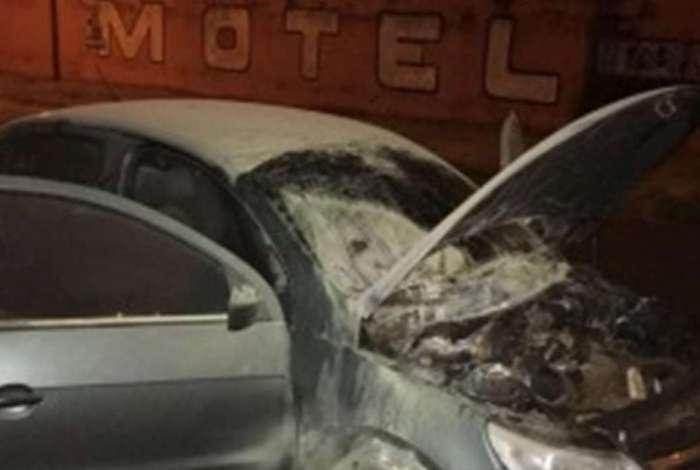 Carro de mulher foi incendiado em frente a motel