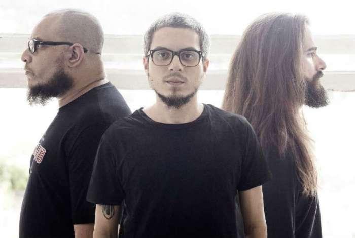 A banda Menores Atos toca rock alternativo