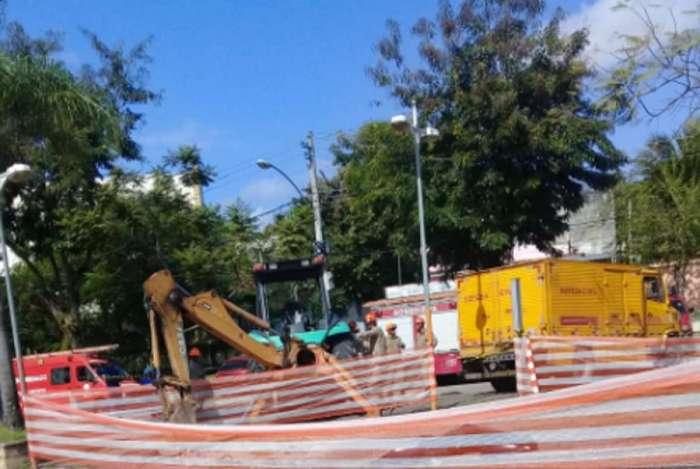 Corpos são retirados de buraco em Santa Cruz