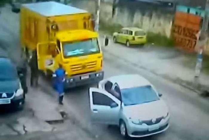 Funcionários da transportadora são levados com carga e tudo