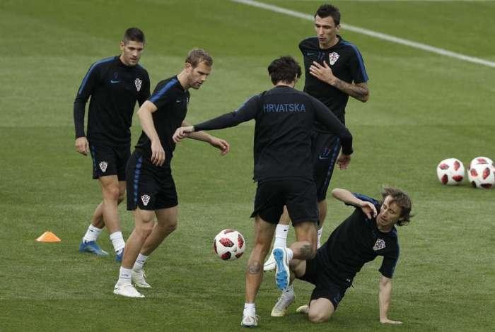 2b72a29bee Jogadores da Croácia participam do último treino antes da decisão do título  contra os franceses