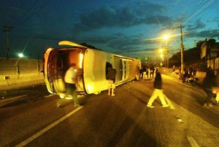 Ônibus que tombou em Niterói vinha da Bahia e seguia para São Paulo