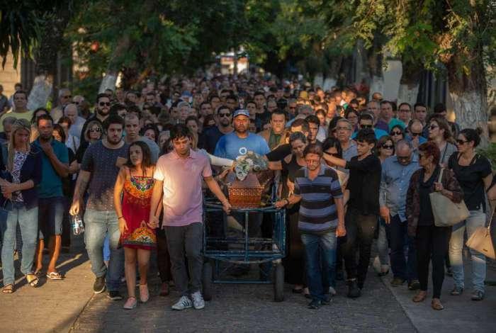Cerca de 300 pessoas foram ao enterro do empresário Rubens Mesquita Alves, de 45 anos, na tarde deste sábado, no Cemitério do Caju, na Zona Portuária do Rio