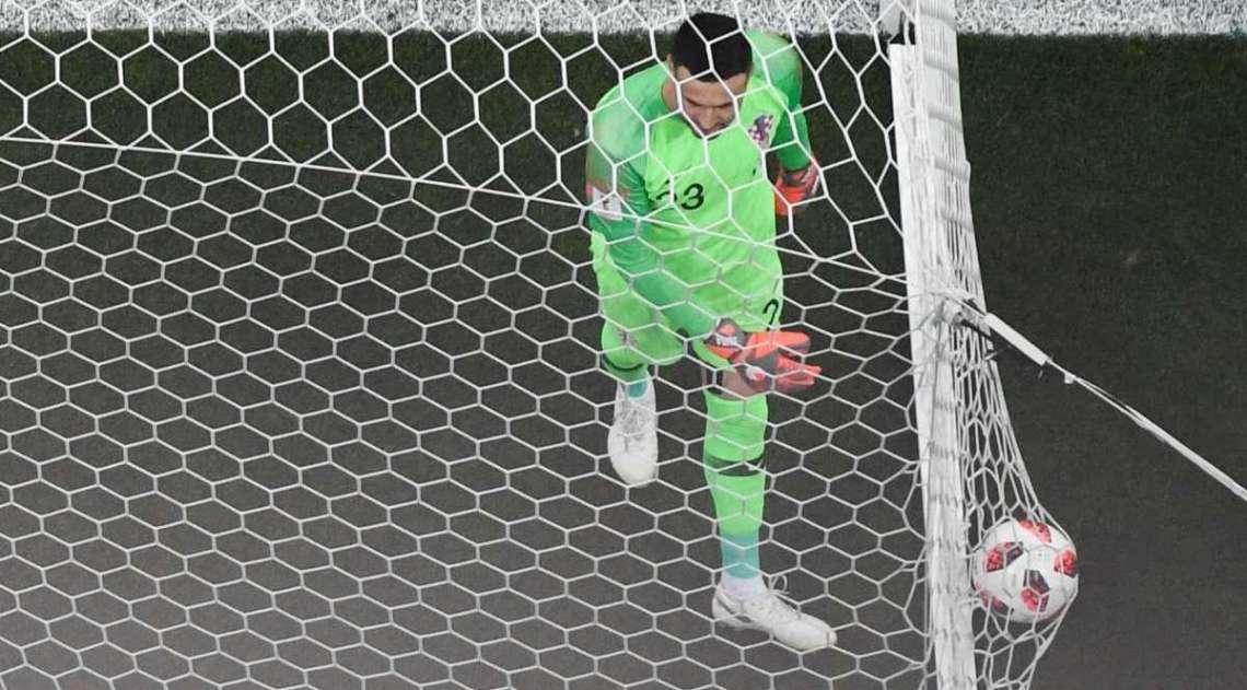 Subasic busca bola no gol após Mandzukic marcar contra