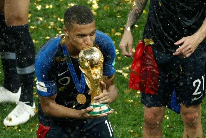 Kylian Mbappe com a taça da Copa do Mundo