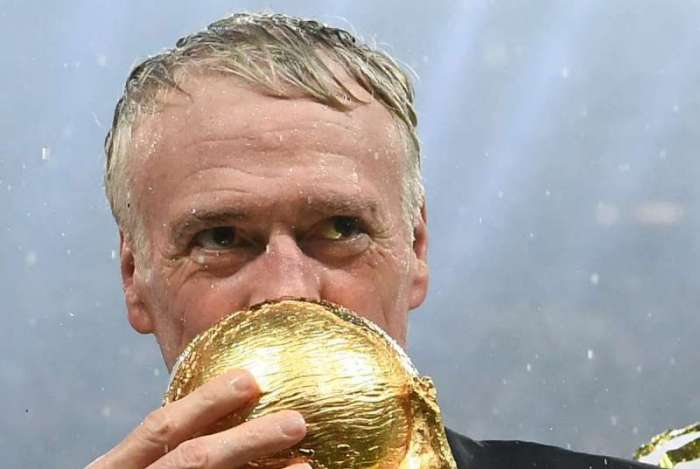 France's coach Didier Deschamps kisses the World Cup trophy after the Russia 2018 World Cup final football match between France and Croatia at the Luzhniki Stadium in Moscow on July 15, 2018. / AFP PHOTO / FRANCK FIFE / RESTRICTED TO EDITORIAL USE - NO MOBILE PUSH ALERTS/DOWNLOADS