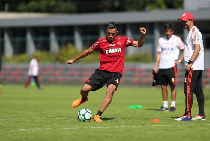 Uribe participa do treino de chute a gol no Ninho do Urubu