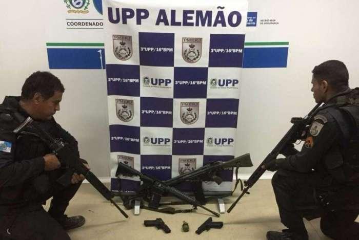 Policiais militares apresentaram na Delegacia de Homicídios, onde o caso foi registrado, os fuzis apreendidos