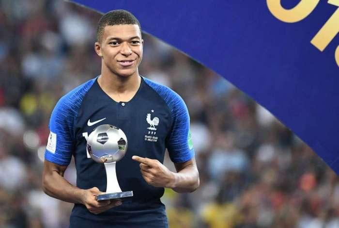 Mbappé recebeu prêmio de revelação da Copa