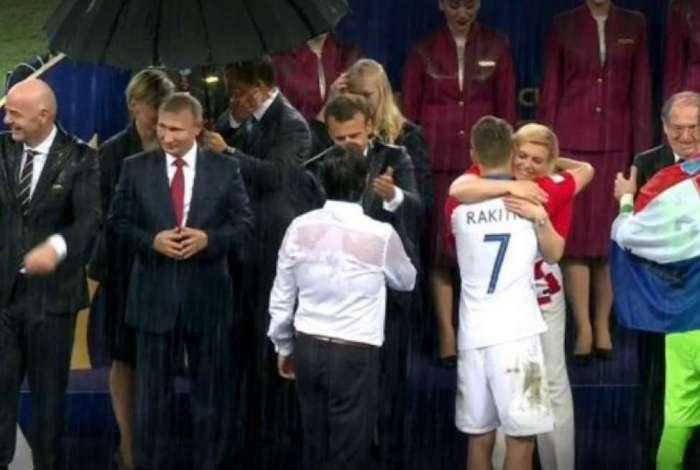 Vida em Moscou: quando a chuva caiu no estádio  Luzhniki, apenas Putin é protegido. Os presidentes da Fifa, da França e da Croácia ficaram molhados