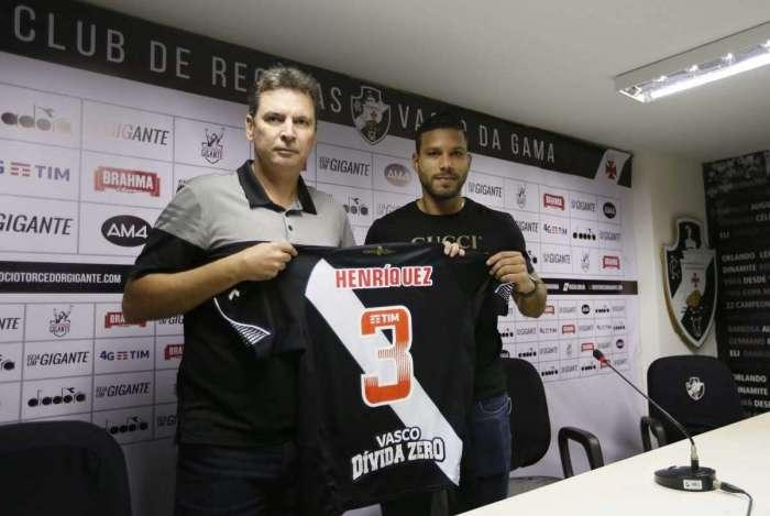 Henríquez recebeu a camisa 3 do diretor executivo Alexandre Faria