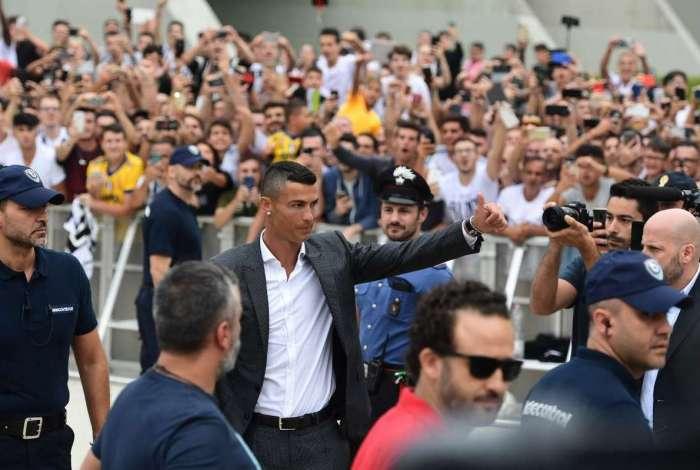 Cristiano Ronaldo é recebido por torcedores da Juventus antes de apresentação