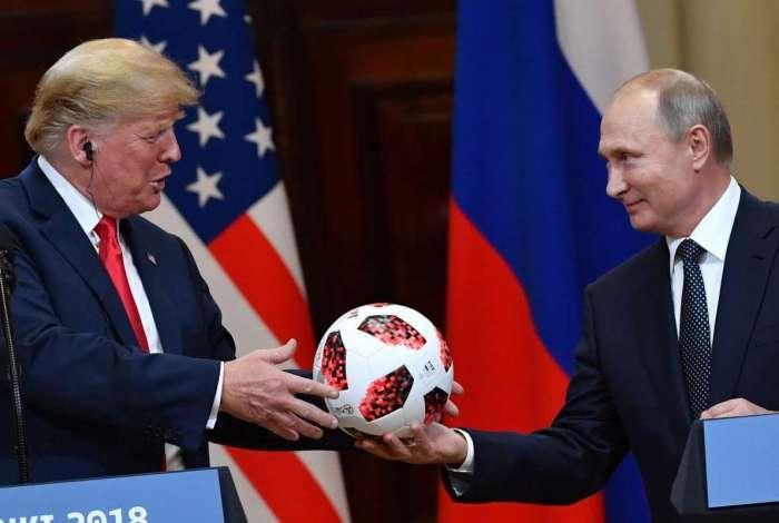 Putin oferece uma bola da Copa do Mundo 2018 para Donald Trump