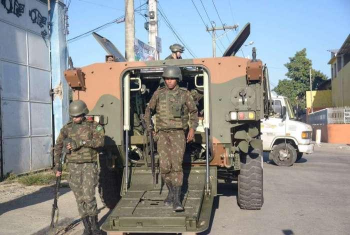 Forças Armadas fazem nova operação, desde o fim da noite de domingo,  nas comunidades do Complexo do Salgueiro e Jardim Catarina, em São Gonçalo, na Região Metropolitana