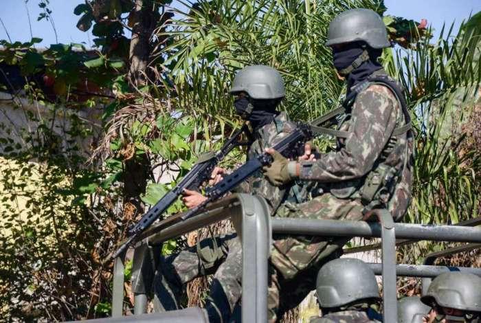Suspeito morre após atirar contra tropas das Forças Armadas