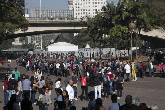 Trabalhadores fazem fila para se candidatar a vagas, depois de anúncio de oferta de empregos, em São Paulo no dia 16 de julho