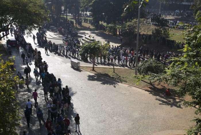 Trabalhadores fazem fila para se candidatar a vagas de empregos