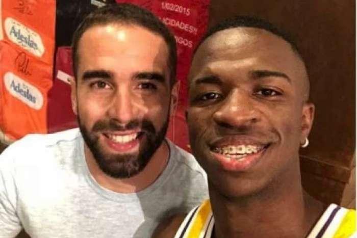 Vinicius Junior compartilhou foto ao lado do lateral direito Carvajal