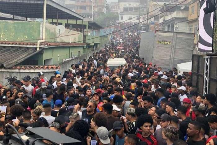 Fotos na internet mostram ruas tomadas pelo público na Penha