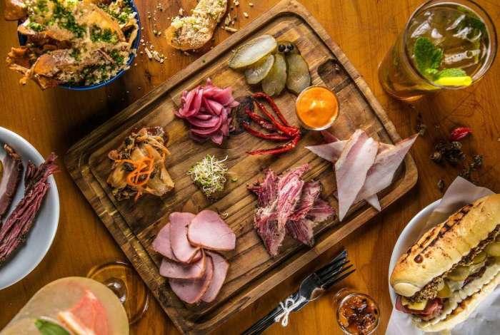 Restaurante Curadoria: tábua de carnes curadas e defumadas