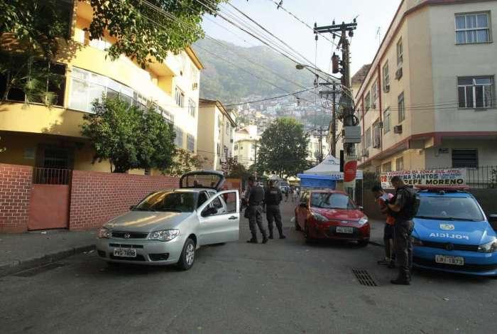 Intenso tiroteio assusta moradores do morro Santa Marta. Pela manhã, PMs revistavam quem saia ou entrava na comunidade
