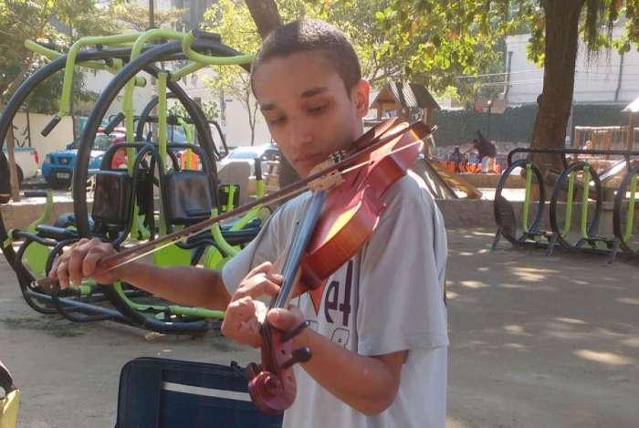 Deisson Rodrigues Silva, de 25 anos, é músico e mora no Santa Marta. Ele participa do projeto social que ensina instrumentos de orquestra a crianças carentes da comunidade, que teve a aula interrompida pelos tiros