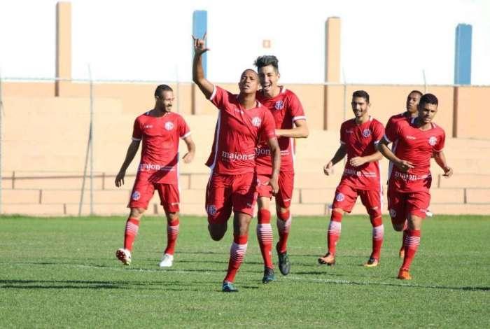 Bruno Santos comemora o gol do América sobre o São Gonçalo