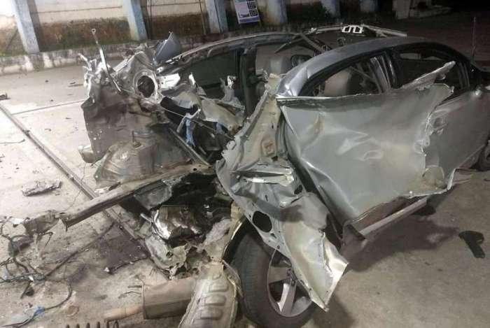 Parte traseira do carro ficou totalmente destruída