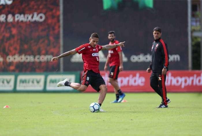 Guerrero se prepara para chutar a gol, observado por Henrique Dourado,  no Ninho