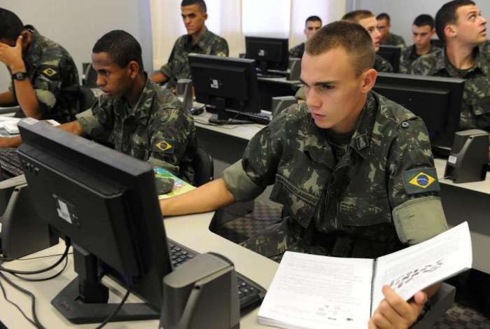 Para candidatos de Nível Médio, é possível ingressar ainda na Escola de Sargentos de Logística (EsLog)