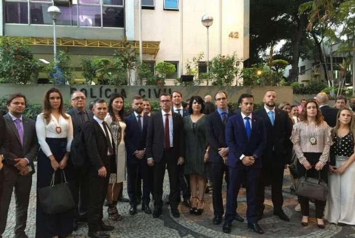 Delegados de diversos estados e entidades da categoria em frente à Chefia de Polícia Civil do Rio