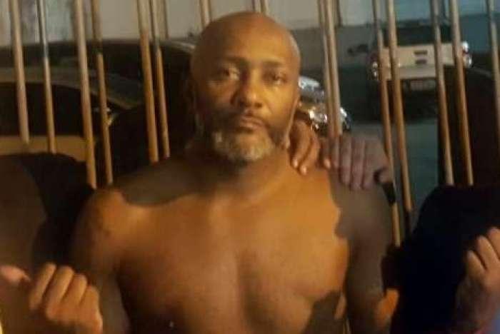 Antonio em foto instantes após deixar a cadeia de Benfica, onde ficou preso injustamente por sete dias