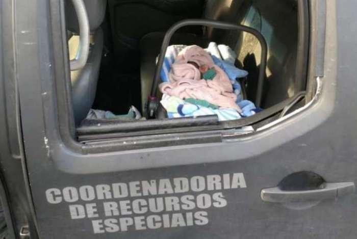 Bebê foi resgatado em favela de Caxias pela polícia e casal foi preso, apontado como autores do parto forçado e assassinato da mãe da criança
