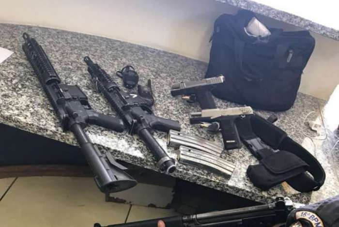 Na ação, foram apreendidos dois fuzis e duas pistolas