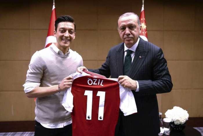 Özil posa ao lado do presidente da Turquia e foto causa conflito entre o jogador e a Federação da Alemanha