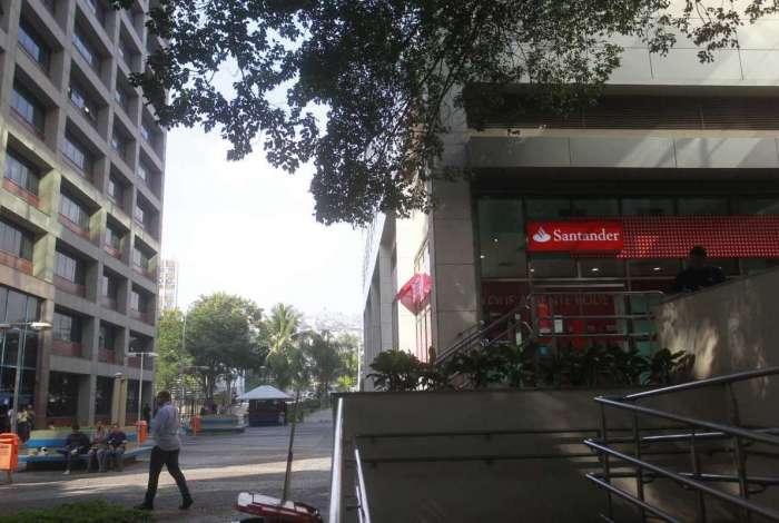 Inativos e pensionistas devem ir a uma agência do Banco Santander