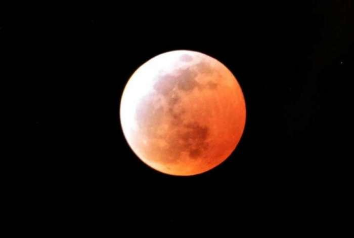 Terra bloqueia raios de sol que iriam para a Lua, que fica avermelhada