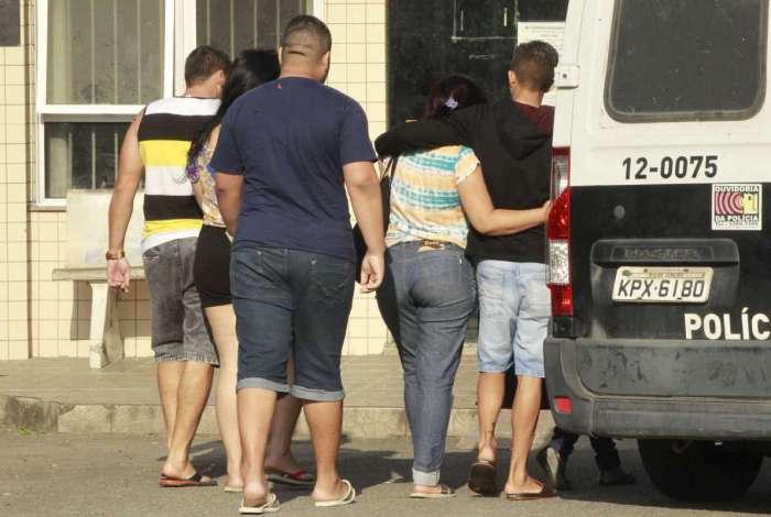 Família de jovem prestador de serviços da Cedae assassinado chega ao IML de Tribobó para liberar o corpo