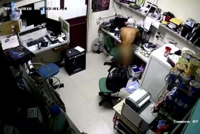 Homem levou diversos objetos em mochila, que também furtou da loja