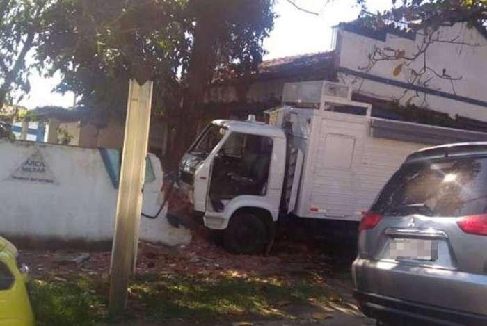 Caminhão invadiu calçada e derrubou muro do batalhão da PM em Jacarepaguá