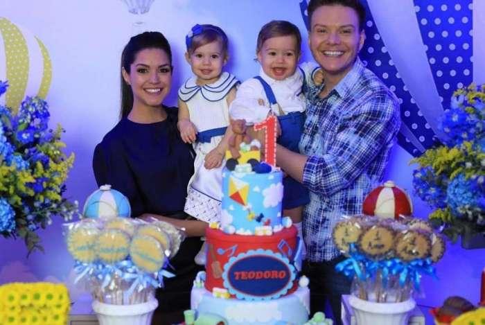 Thais Fersoza e Michel Teló posam com os filhos, Teodoro e Melinda